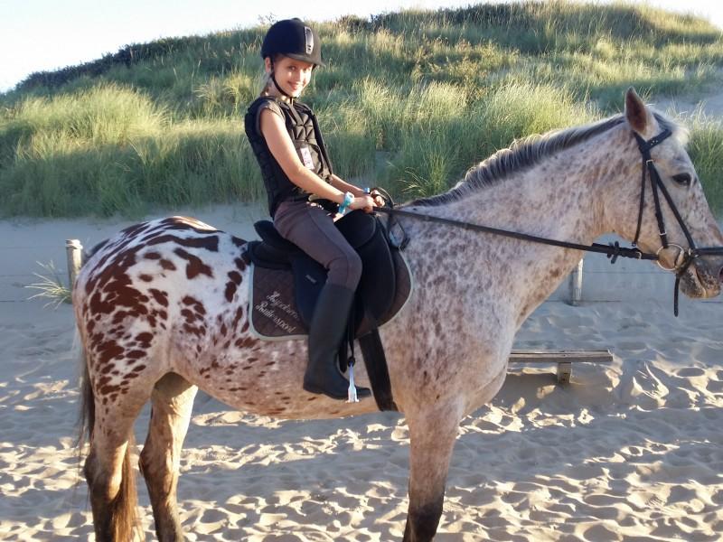 Indy mag paardrijden op het strand