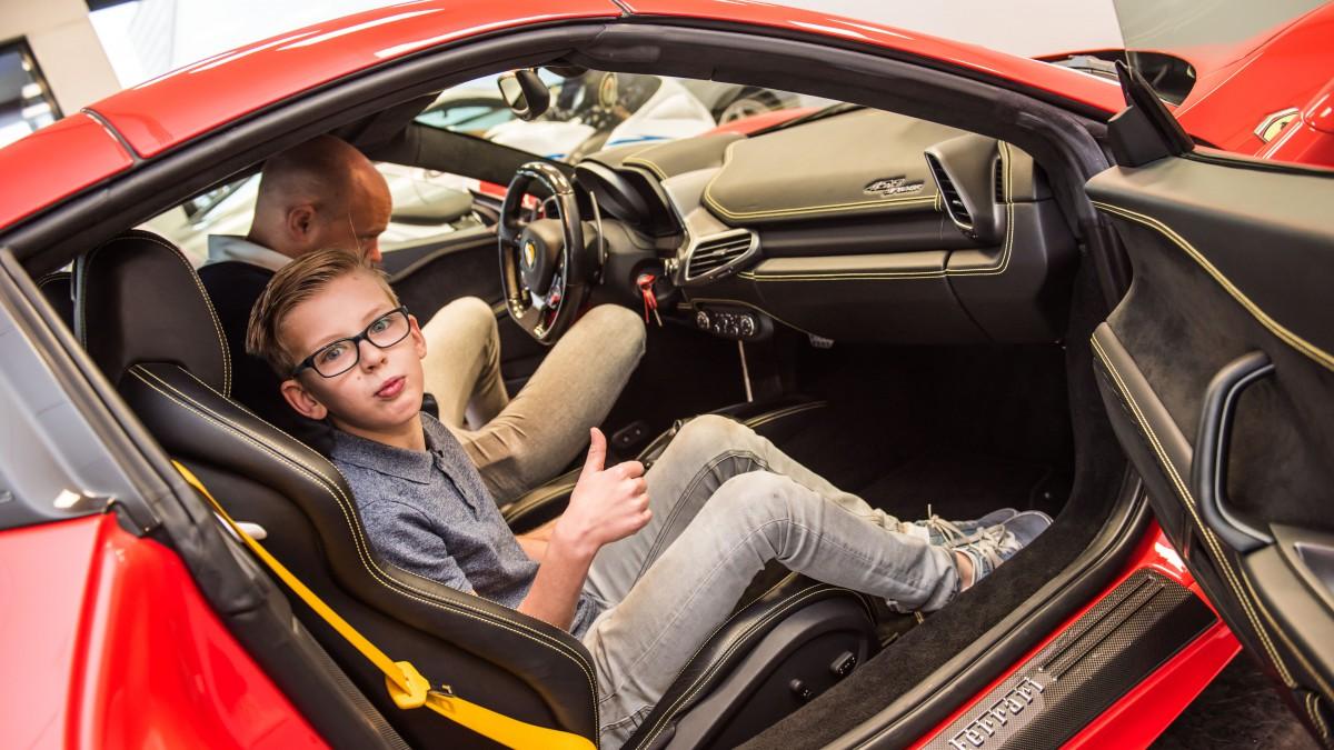 Eindelijk Eindelijk Rijden In Een Ferrari Kans Voor Een Kind