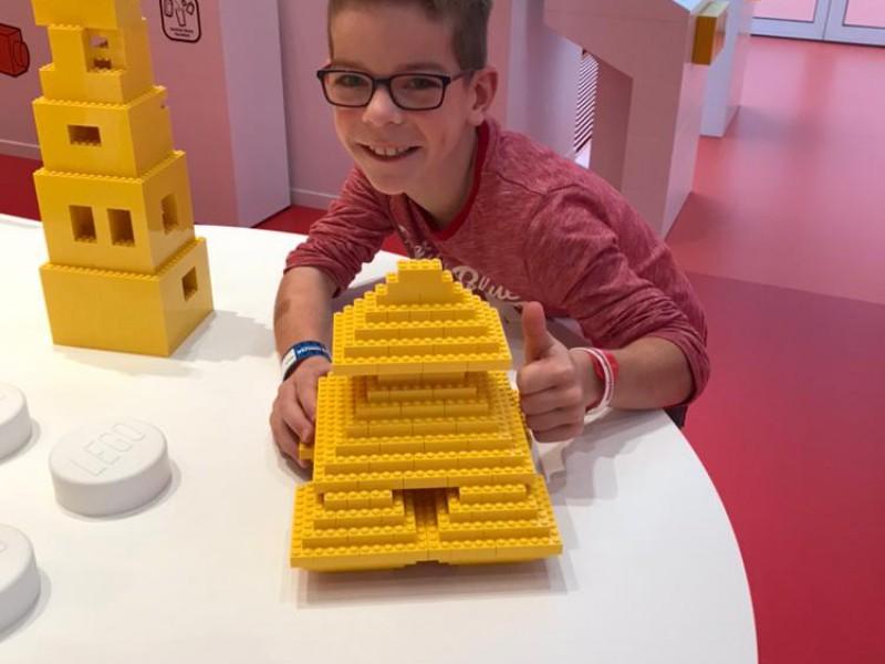 Max geniet volop in Legoland